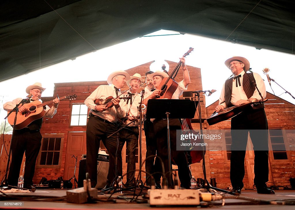 Musician <a gi-track='captionPersonalityLinkClicked' href=/galleries/search?phrase=Jerry+Douglas+-+Muzikant&family=editorial&specificpeople=4455131 ng-click='$event.stopPropagation()'>Jerry Douglas</a> (R) and The Earls of Leicester perform onstage during 2016 Stagecoach California's Country Music Festival at Empire Polo Club on May 01, 2016 in Indio, California.