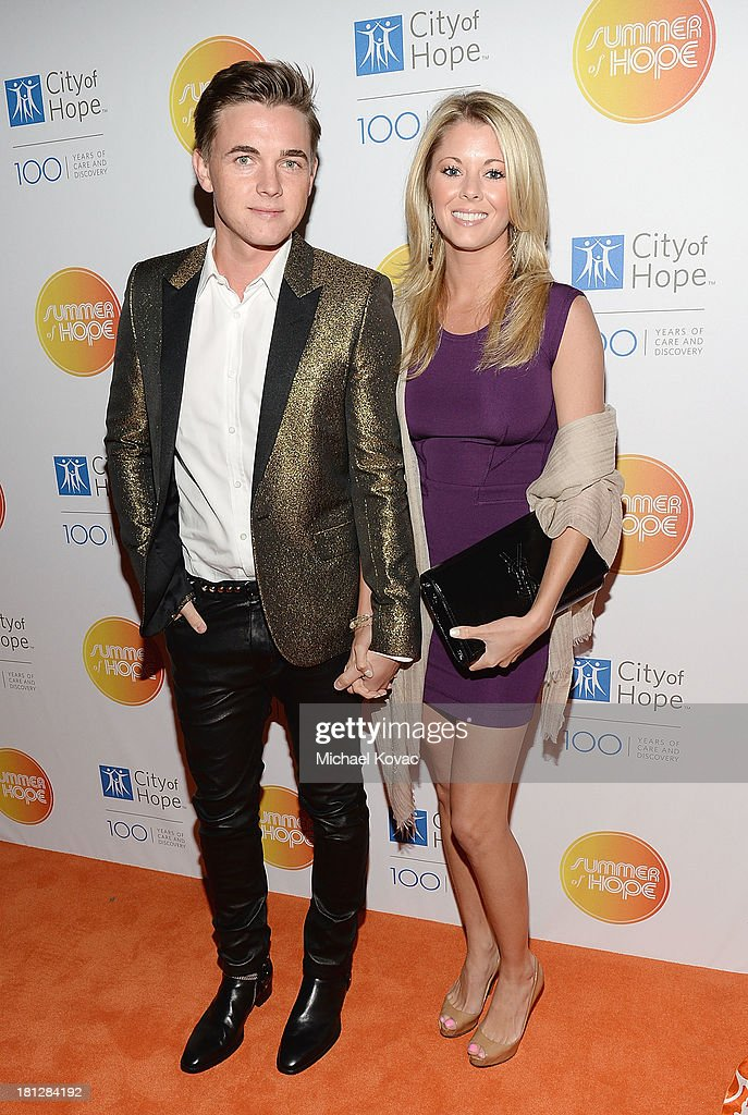 Musician <a gi-track='captionPersonalityLinkClicked' href=/galleries/search?phrase=Jesse+McCartney&family=editorial&specificpeople=204133 ng-click='$event.stopPropagation()'>Jesse McCartney</a> (L) and Katie Peterson attend the City Of Hope Spirit Of Life Gala Honoring Rob Light on September 19, 2013 in Playa Vista, California.