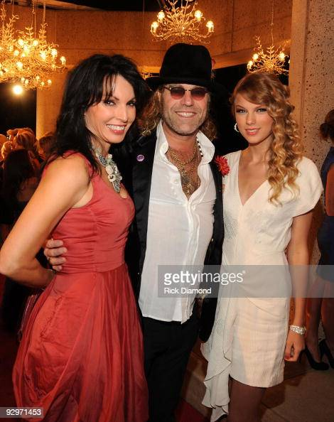 Musician Kenny Alphin of Big Rich and wife Christiev Alphin with Taylor Swift attend the 57th Annual BMI Country Awards at BMI on November 10 2009 in...
