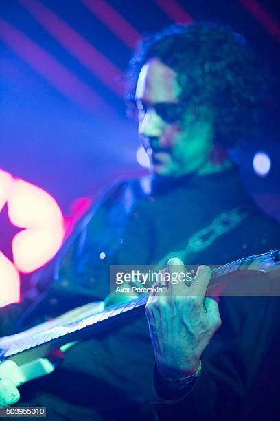 Musicista di chitarra gioco sul palco in una performance dal vivo