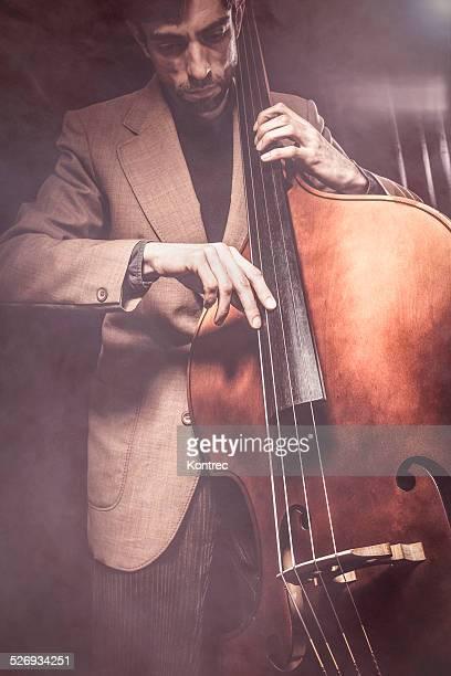 Musiker spielen Kontrabass