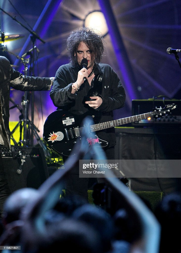 Musician <a gi-track='captionPersonalityLinkClicked' href=/galleries/search?phrase=Robert+Smith+-+Musicista&family=editorial&specificpeople=198989 ng-click='$event.stopPropagation()'>Robert Smith</a> of <a gi-track='captionPersonalityLinkClicked' href=/galleries/search?phrase=The+Cure&family=editorial&specificpeople=667560 ng-click='$event.stopPropagation()'>The Cure</a> performs during the Los Premios MTV Latin America 2007 at the Palacio de los Deportes on October 18, 2007 in Mexico City, Mexico.