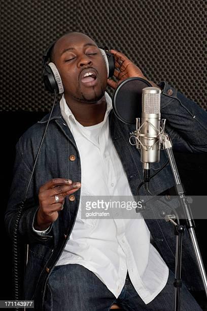 Musicien chanteur en studio d'enregistrement