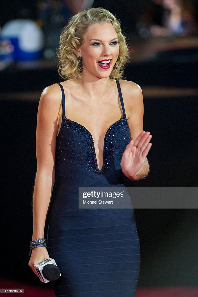 Musician <a gi-track='captionPersonalityLinkClicked' href=/galleries/search?phrase=Taylor+Swift&family=editorial&specificpeople=619504 ng-click='$event.stopPropagation()'>Taylor Swift</a> attends the 2013 MTV Video Music Awards at the Barclays Center on August 25, 2013 in the Brooklyn borough of New York City.