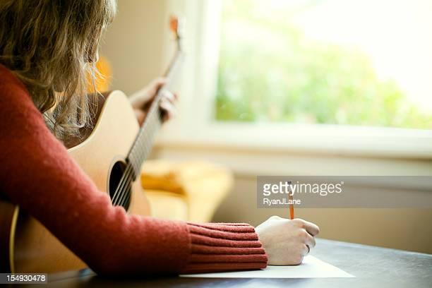 Musicista scrittura di testi con chitarra canzone