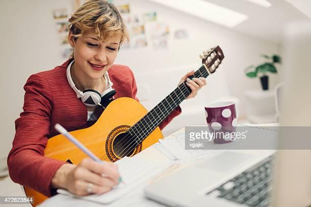 Musicista scrivere canzoni.