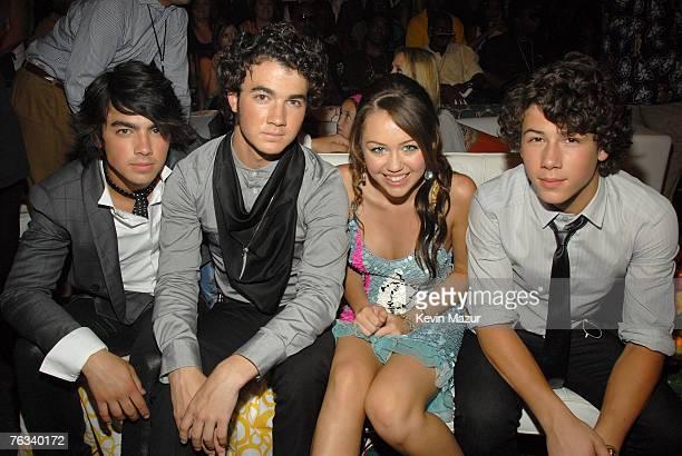UNIVERSAL CITY CA AUGUST 26 Musicians Kevin Jonas Joe Jonas and Nick Jonas of the Jonas Brothers with singer/actress Miley Cyrus backstage at the...