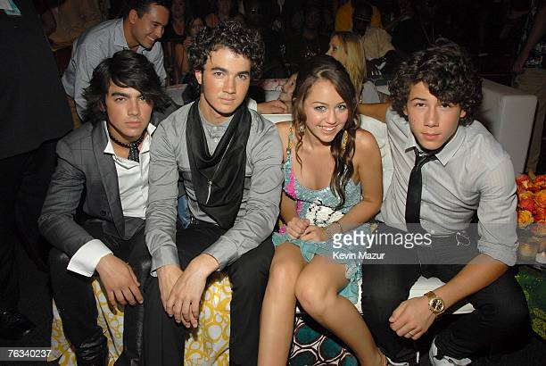 UNIVERSAL CITY CA AUGUST 26 Musicians Kevin Jonas Joe Jonas and Nick Jonas of the Jonas Brothers with singer/actress Miley Cyrus backstage at the...