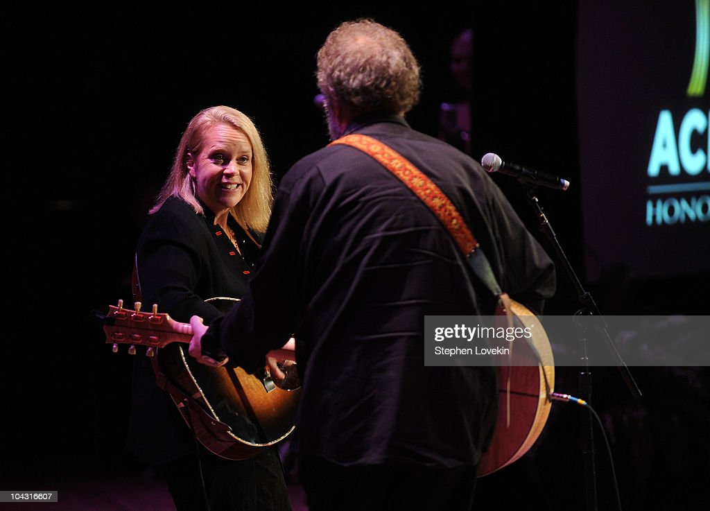 Musicians <a gi-track='captionPersonalityLinkClicked' href=/galleries/search?phrase=Mary+Chapin+Carpenter&family=editorial&specificpeople=1192460 ng-click='$event.stopPropagation()'>Mary Chapin Carpenter</a> (L) and Poet's Award winner Don Schlitz perform during the 4th Annual ACM Honors at the Ryman Auditorium on September 20, 2010 in Nashville, Tennessee.