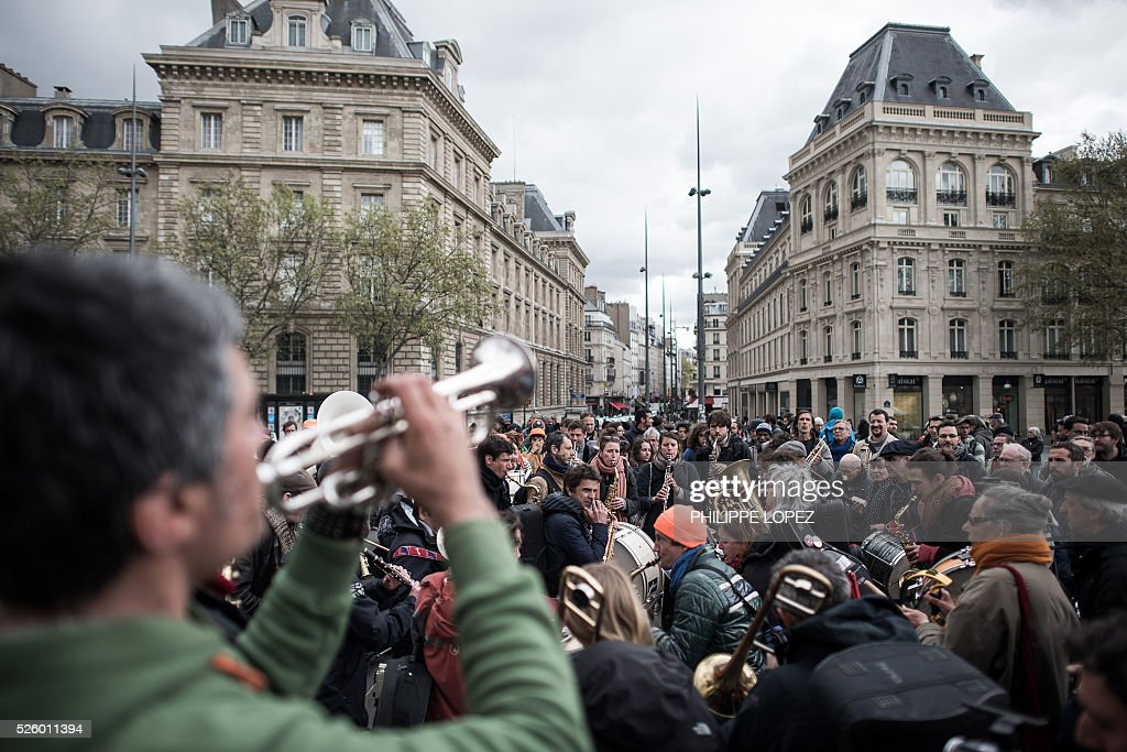 Musicians play in support of the French Right to Housing association (DAL, 'Droit au Logement') on the Place de la Republique in Paris on April 29, 2016, where the 'Nuit debout' movement has been gathering since March 31. / AFP / PHILIPPE