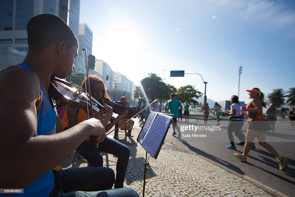 Musicians play while participants run through Copacabana during the Rio de Janeiro Marathon, on May 29, 2016 in Rio de Janeiro, Brazil.