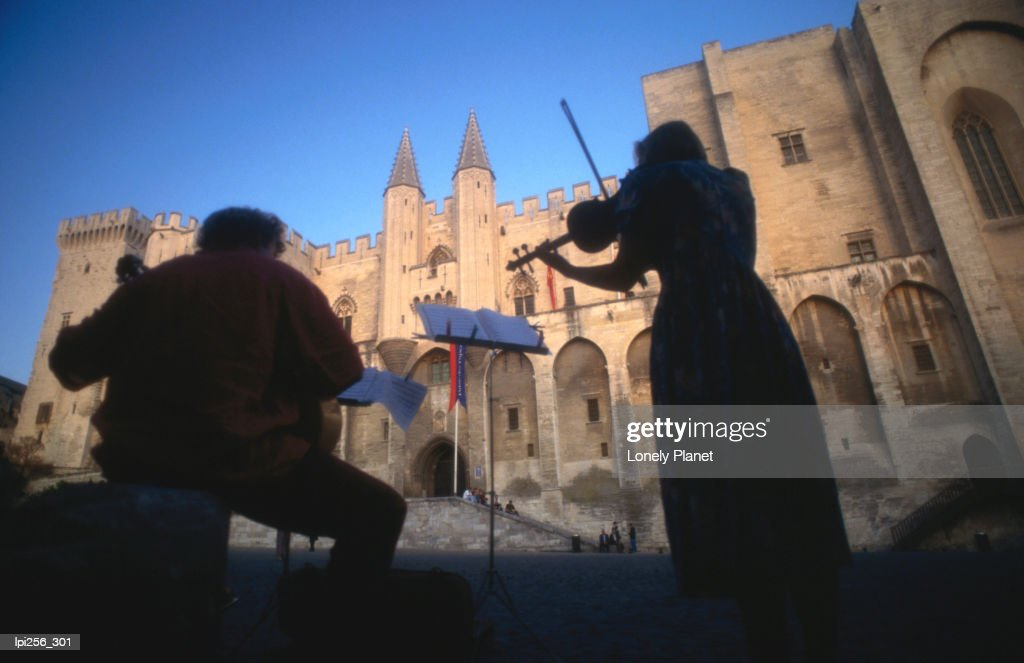 Musicians playing in front of Palais des Papes (Palace of the Popes), Vaucluse. : Stock Photo