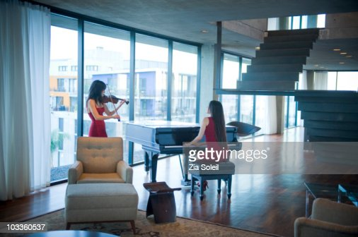 Musicians playing in modern condo : Foto stock