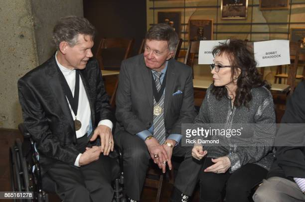 Musicians Randy Travis Bill Anderson and Loretta Lynn attend the Medallion Ceremony to celebrate 2017 hall of fame inductees Alan Jackson Jerry Reed...
