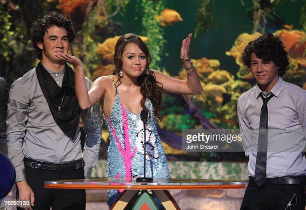 Musicians the Jonas Brothers and Miley Cyrus onstage at the 2007 Teen Choice Awards at the Gibson Amphitheater on August 26 2007 in Uniersal City...