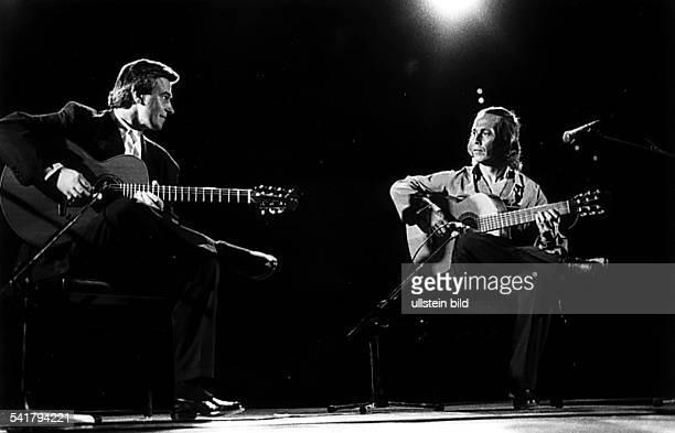 Musiker Gitarre Spanien mit John McLaughlin bei einem Auftritt vermutl um 1990