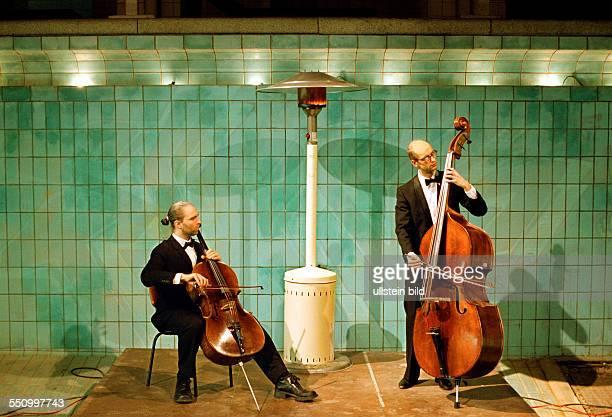 Musiker im Schwimmbecken Schluesseluebergabe vom Land Berlin an die Genossenschaft Stadtbad Oderberger Strasse Rundgang der Genossen und...