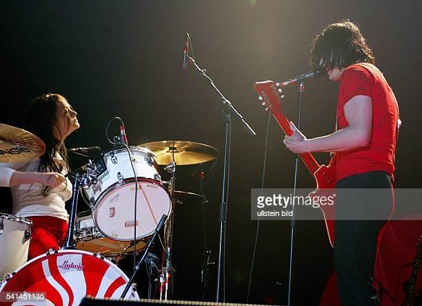 Musikgruppe BluesRock USADrummerin Meg White und Gitarrist und Sänger Jack White bei einem Auftritt im EWerk Köln
