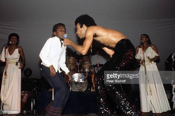 Musikgruppe 'Boney M' Bobby Farrell Kind Konzert Nairobi Kenia Afrika Auftritt Bühne Mikro singen freier Oberkörper Tänzer AD/TP