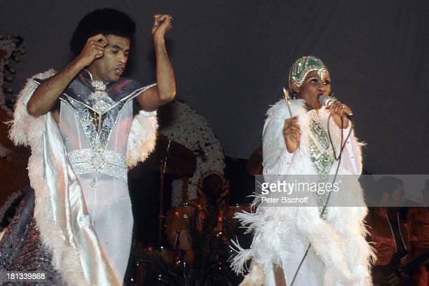 Musikgruppe 'Boney M' Bobby Farrell Marcia Barrett Konzert Nairobi Kenia Afrika Auftritt Bühne Mikro singen tanzen Kostüm Verkleidung Sängerin Tänzer...