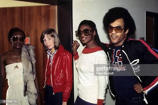 Musikgruppe 'Boney M' LeadSängerin Liz Mitchell Bobby Farrell Mazie Williams Name auf Wunsch vor Verleihung von 'Platin Schallplatte' für LP...
