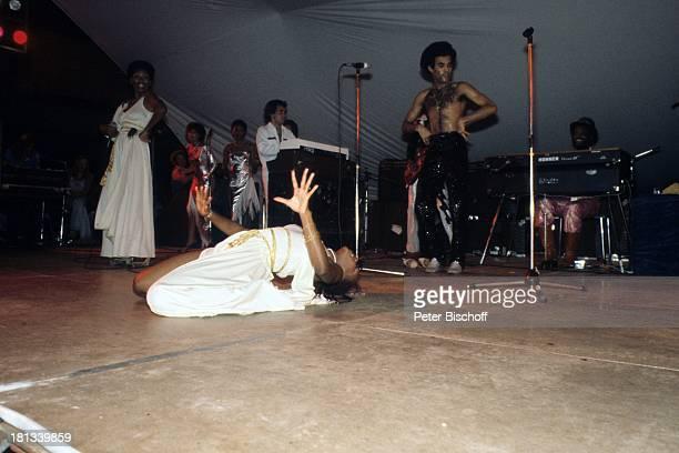 Musikgruppe 'Boney M' Liz Mitchell Bobby Farrell Maizie Williams Konzert Nairobi Kenia Afrika Auftritt Bühne Mikro freier Oberkörper tanzen Tänzer...