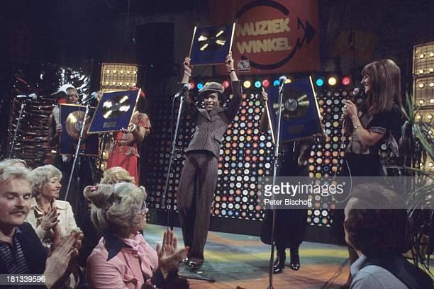 Musikgruppe 'Boney M' Liz Mitchell Marcia Barret Bobby Farrell Mazie Williams Moderatorin ARDMusikshow 'Musikladen' Goldene Schallplatte Auszeichnung...