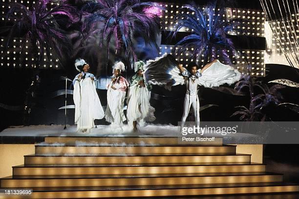 Musikgruppe 'Boney M' Liz Mitchell Marcia Barrett Maizie Williams Tänzer Bobby Farrell Hamburg BühnenShow Kostüm KopfBedeckung Auftritt Bühne singen...