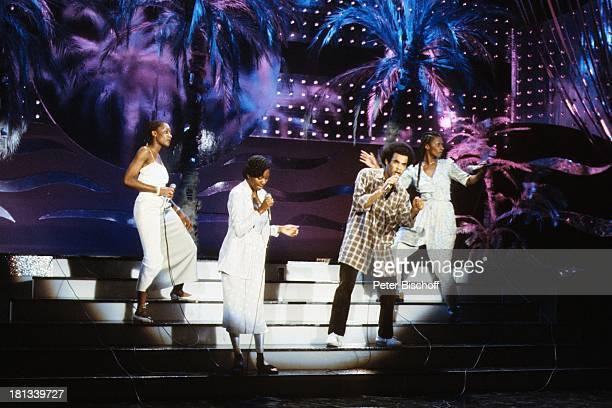 Musikgruppe 'Boney M' Liz Mitchell Marcia Barrett Maizie Williams Tänzer Bobby Farrell Hamburg BühnenShow Kostüm Auftritt Bühne singen Mikro tanzen...
