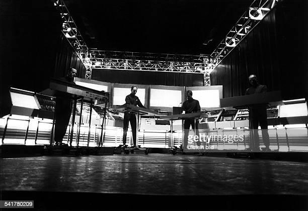 Musikgruppe D Wegbereiter des ElectronicPop Konzert die vier Musiker stehen anihren Instrumenten auf der Bühne
