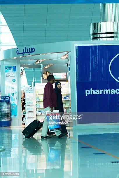 Muslimische Paare und Apotheke Flughafen Dubai