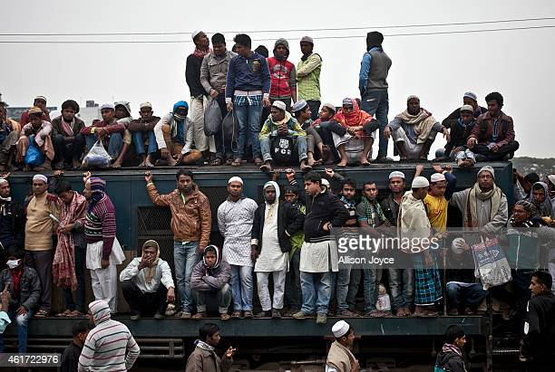 Muslim devotees board an overcrowded train as they return home on the last day of the annual Bishwa Ijtema on January 18 2015 in Tongi Bangladesh The...