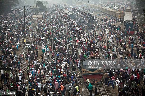 Muslim devotees ride an overcrowded train as they return home on the last day of the annual Bishwa Ijtema on January 18 2015 in Tongi Bangladesh The...
