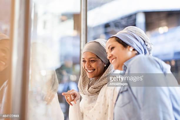 イスラム教徒のご友人とご一緒に、ドレスを求めています。