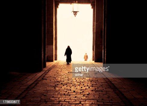 イスラム教徒の女性のウォーキング