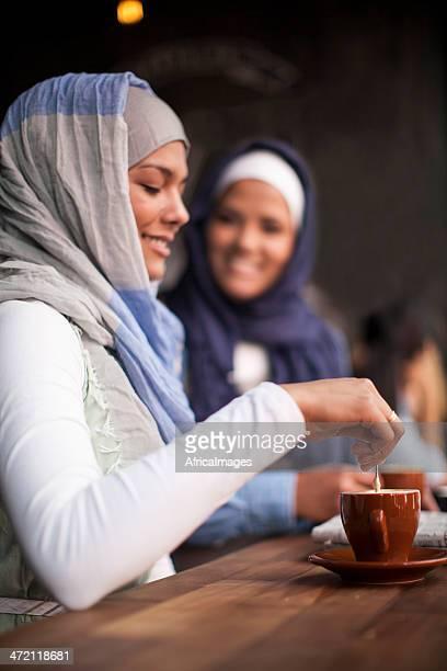 Donne musulmane Mescolare il tè.