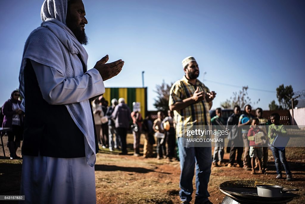A muslims cleric prays before breaking the fast for Ramadan in Lenasia, on the outskirts of Johannesburg, on June 26, 2016. Muslims throughout the world are marking the month of Ramadan, the holiest month in the Islamic calendar, during which devotees fast from dawn until dusk. / AFP / MARCO