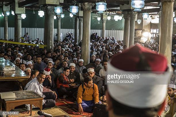 TOPSHOT Muslims of different nationalities attend a lecture at the alAzhar mosque in Cairo on April 19 2016 The traditional practice that has taken...