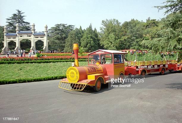 Musoleum von Dr Sun Yatsen Hauptstadt und Metropole Nanjing Provinz Jiangsu Volksrepublik China Asien Schiffreise Rundreise Lokomotive Zug Touristen...