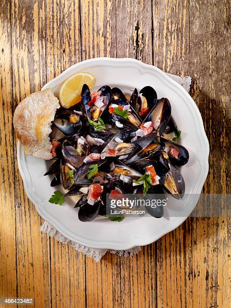 Mussels in Cream Sauce with Tomatoes and Garlic