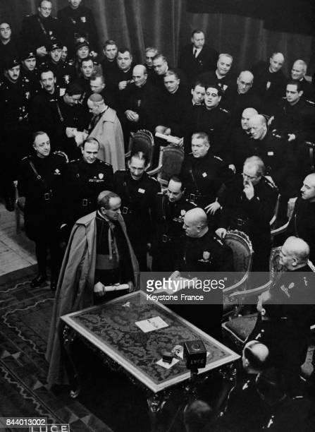 Mussolini distribuant des récompenses Rome Italie