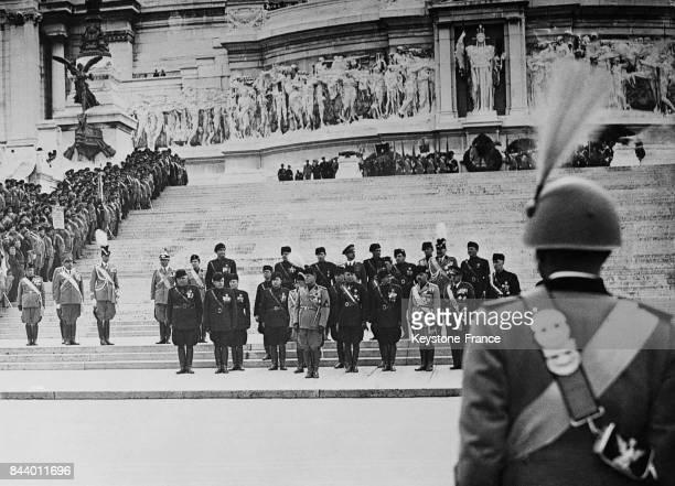 Mussolini les membres du gouvernement et les notables du parti fasciste devant le monument du Soldat inconnu à Rome Italie le 3 novembre 1935