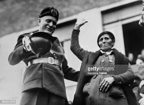 Mussolini photographiée avec une habitante lors de l'inauguration de la nouvelle ville de Pontinia Italie le 19 décembre 1935