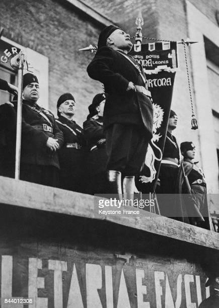 Mussolini prononçant un discours lors de l'inauguration de la nouvelle ville de Pontinia Italie le 19 décembre 1935