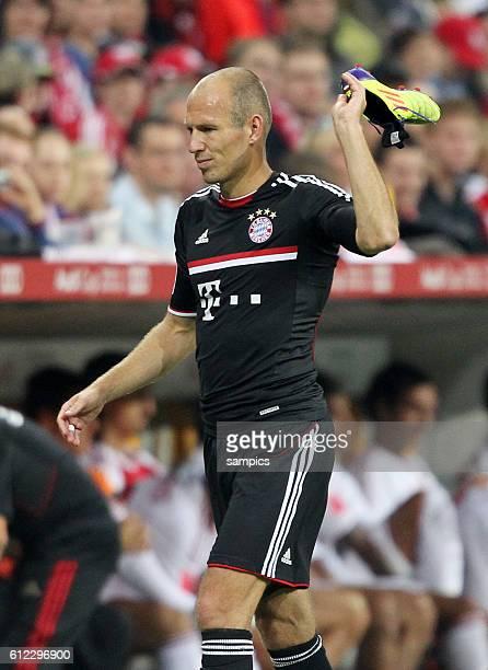 musste verletzt von Platz Arjen ROBBEN FC Bayern Munchen und wirft seinen Schuh weg Fussball Vorbereitung Audi Cup FC Bayern Munchen AC Mailand