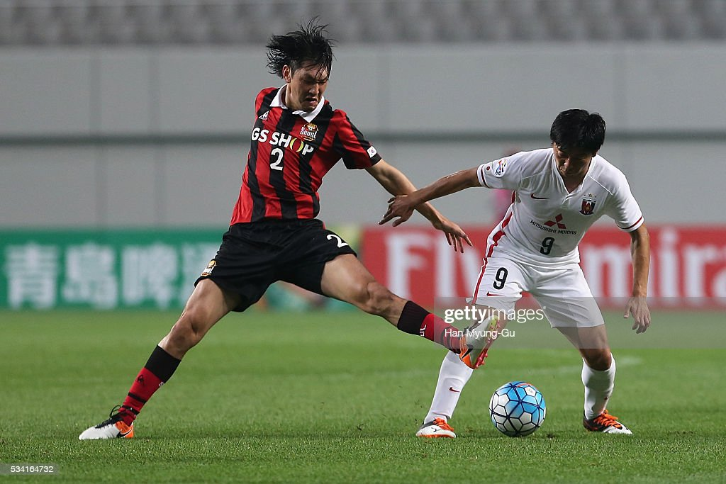 Muto Yuki of Urawa Red Diamonds fights for the ball with Takahagi Yojiro of FC Seoul during the AFC Champions League Round Of 16 match between FC Seoul and Urawa Red Diamonds at Seoul World Cup Stadium on May 25, 2016 in Seoul, South Korea.