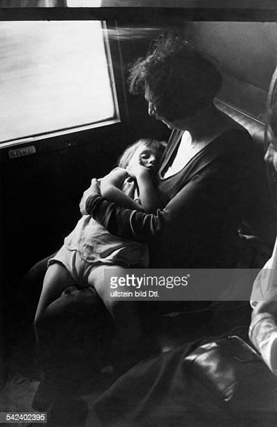 Mutter mit schlafendem Kind in einem Eisenbahnabteil 1931 veroeff in GruenePost 30/1931 Foto Heinrich Guttmann