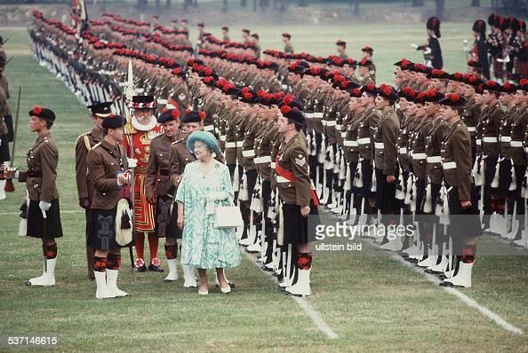 Mutter von Königin Elizabeth II besucht das Berliner Regiment dessen Ehrenkommandierende sie ist Juli 1987