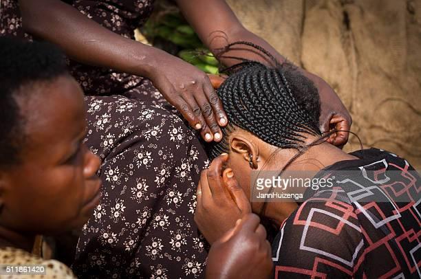MwanzaCity in Tanzania, Tanzânia : Mulher ter o cabelo trançado sobre rua (Close-Up