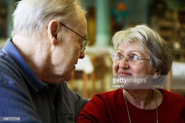 両親の幸せな年配のカップル